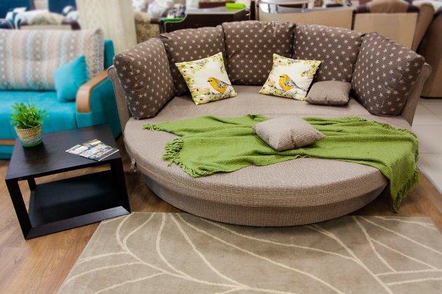 Круглый диван-кровать в тканевой обивке