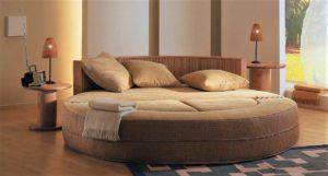 Фото круглого дивана для сна в интерьере спальной комнаты
