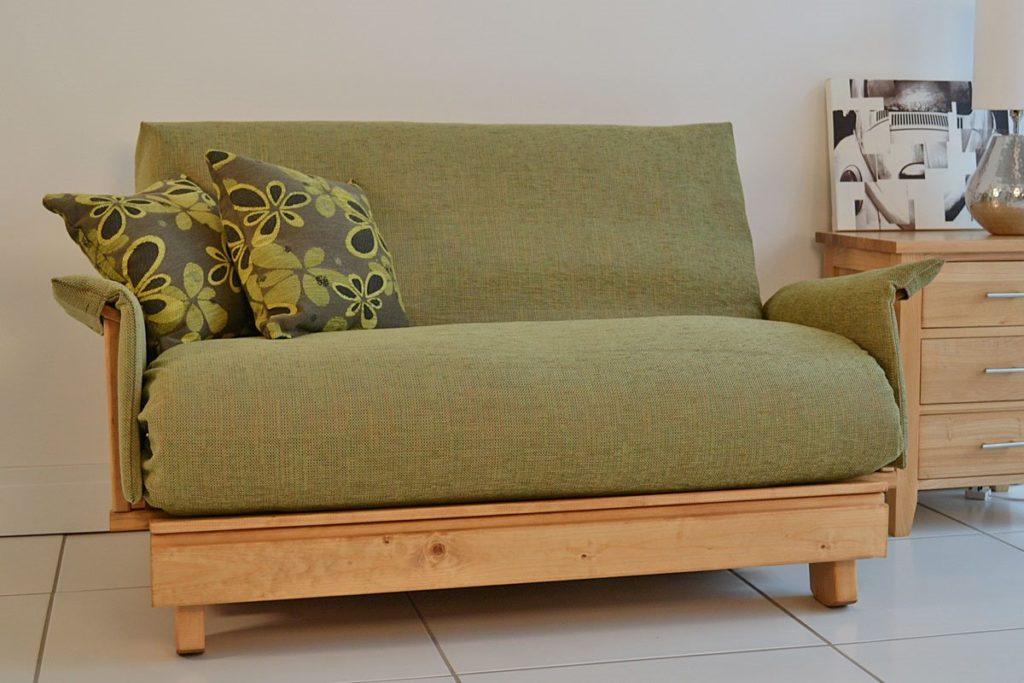 Раскладной маленький диван с деревянным каркасом