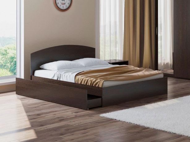 Большая двуспальная кровать в интерьере спальной комнаты