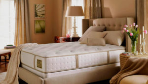 Высокий матрас на двуспальной кровати