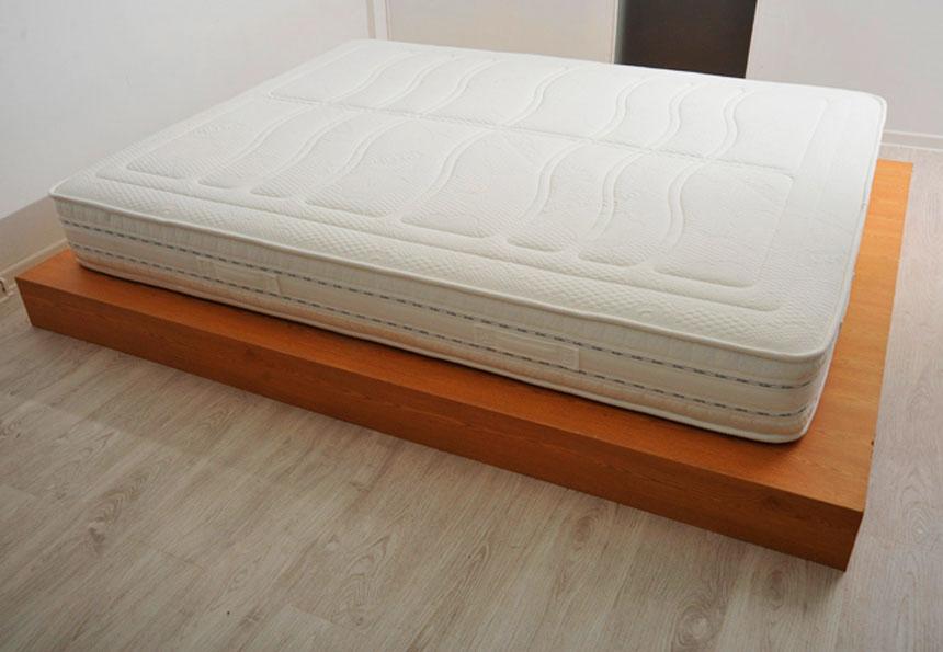 Двуспальный матрас на подиуме