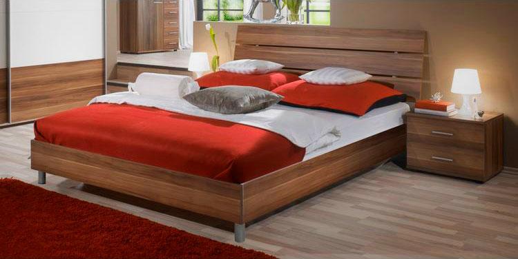 Деревянная кровать с двуспальным матрасом