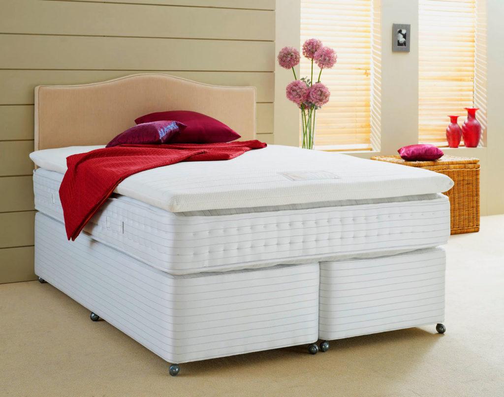 Фото большого высокого матраса с наматрасником на кровати