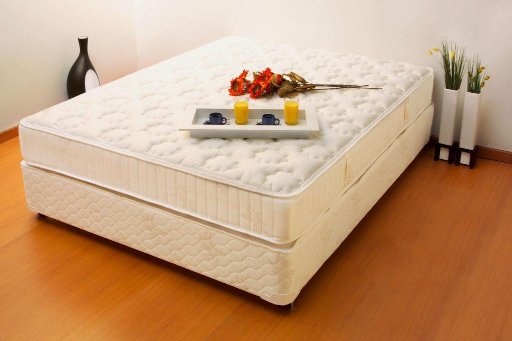 Большой матрас на кровати в интерьере