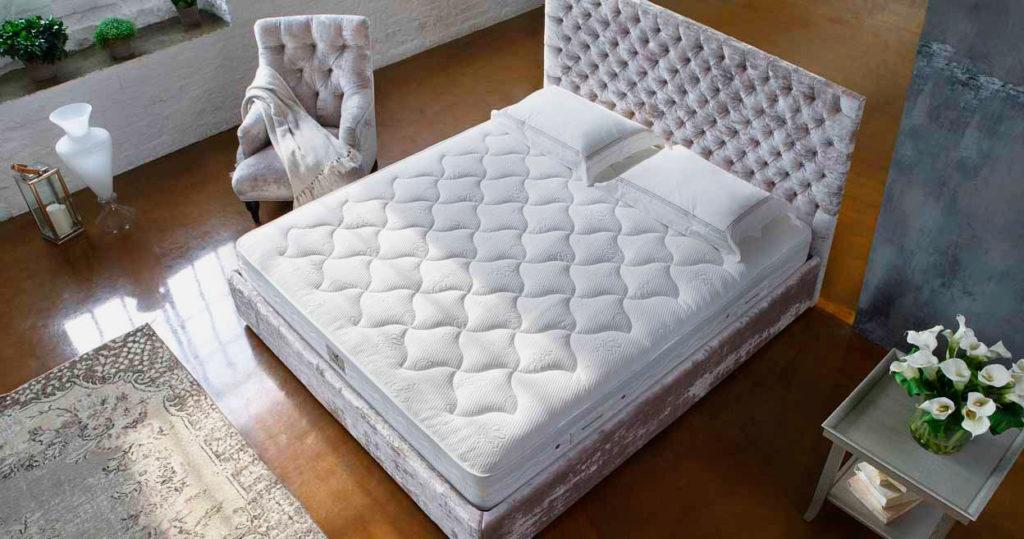 Кровать с большим матрасом