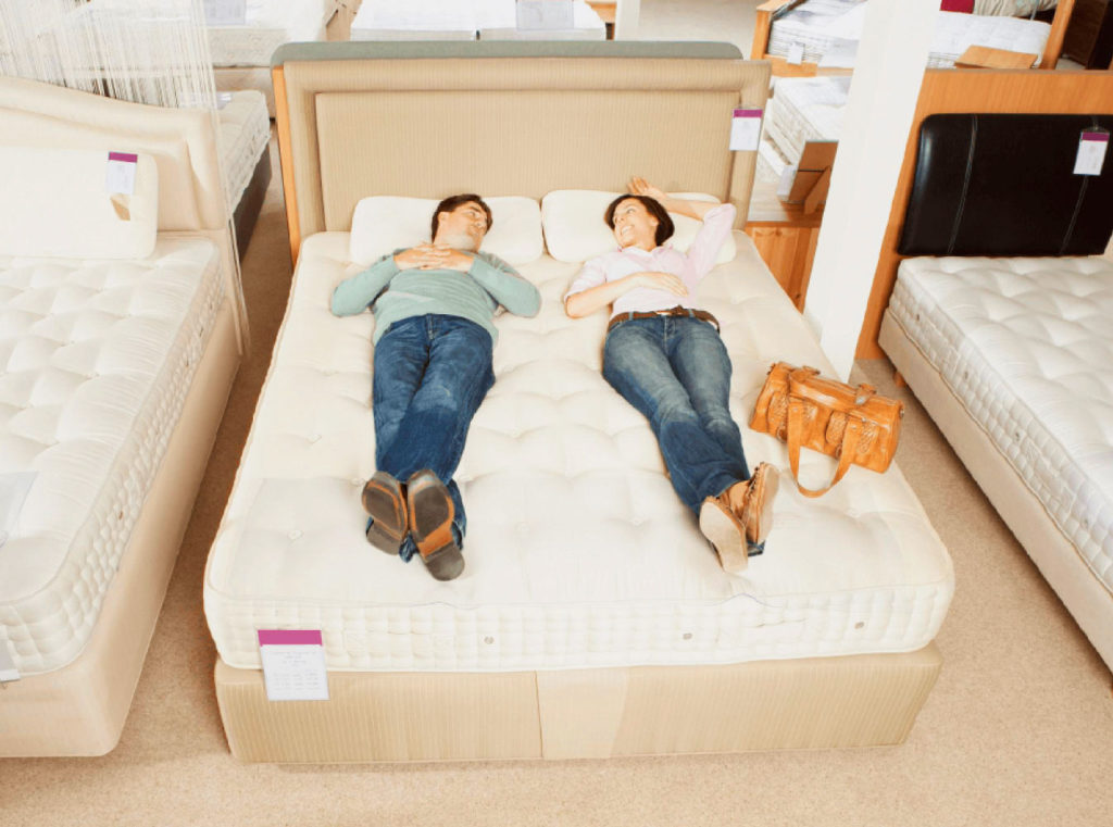 Двое выбирают матрас для кровати