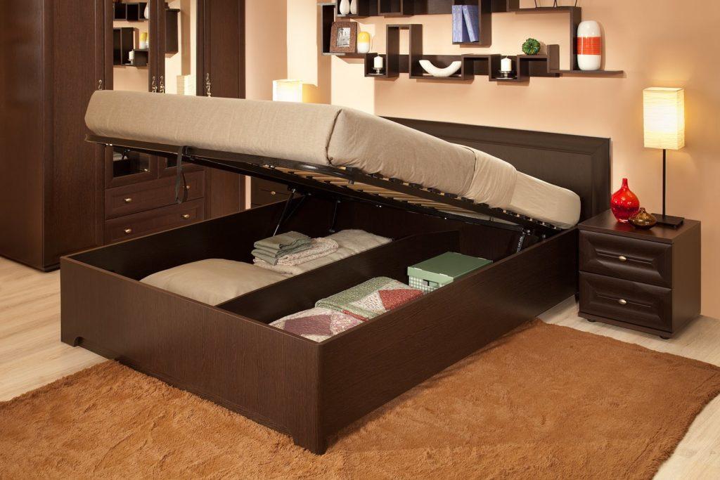 Фото кровати с установленным подъёмным механизмом на газлифтах