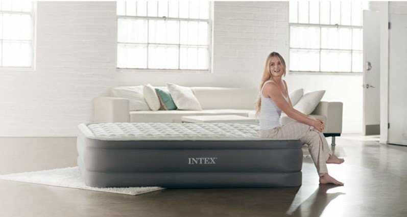 Фото надувной кровати в интерьере комнаты