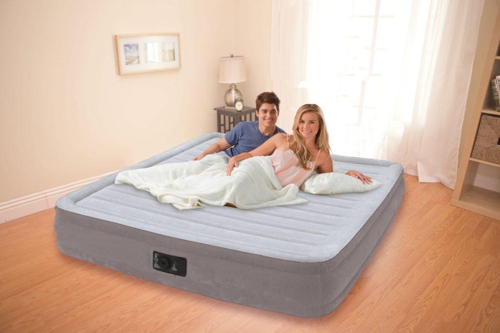 Фото семейной пары на надувной кровати