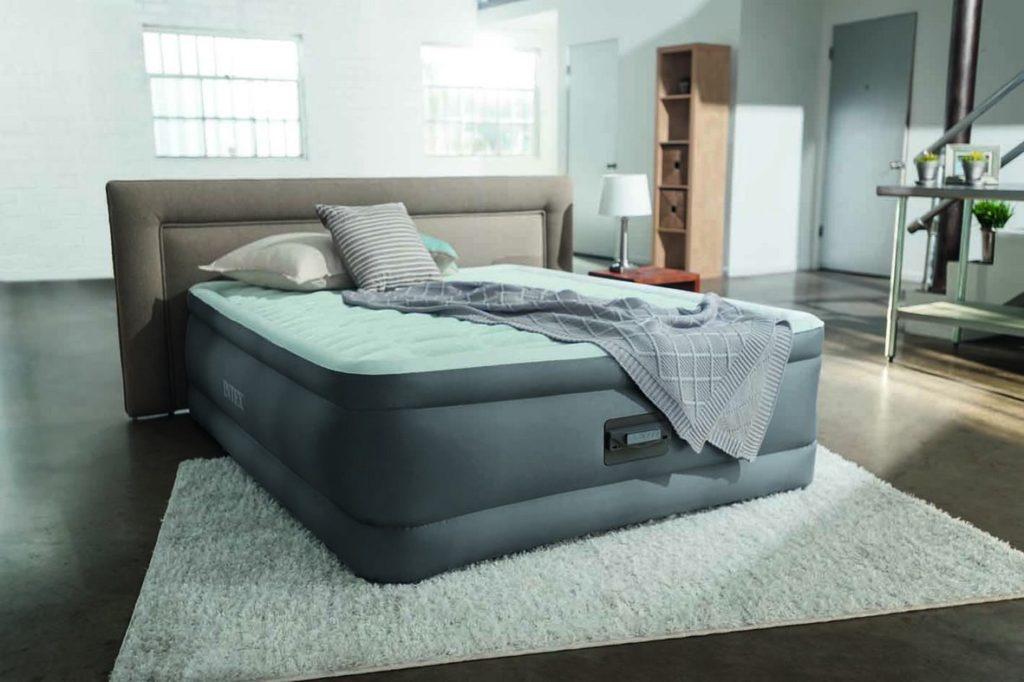 Надувная кровать для сна с изголовьем в интерьере спальной комнаты