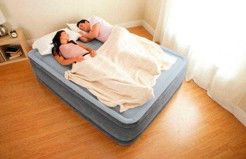 Семейная пара спит на надувной кровати