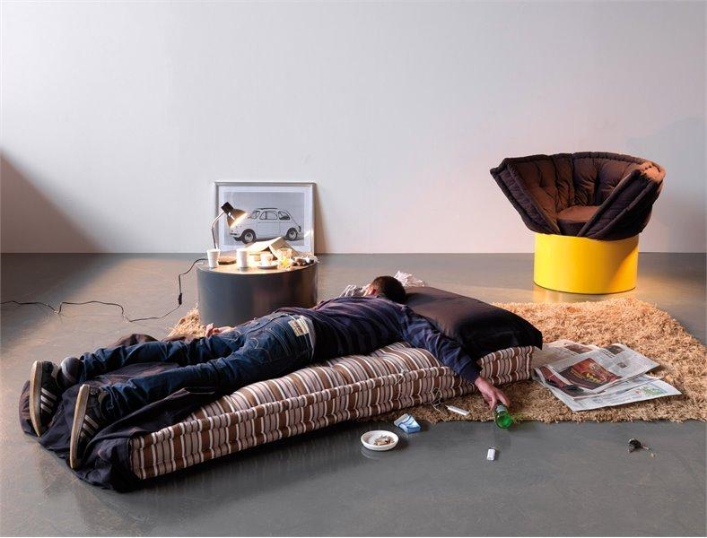 Парень спит на надувном матрасе