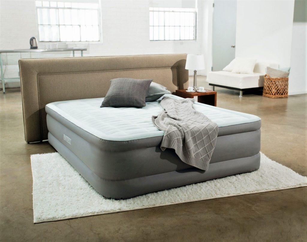 Фото надувной кровати для сна в спальной комнате