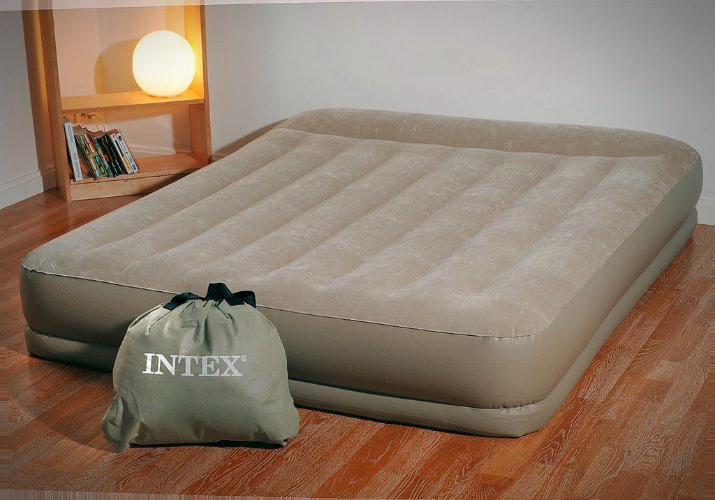 Надувной кровать-матрас в интерьере комнаты