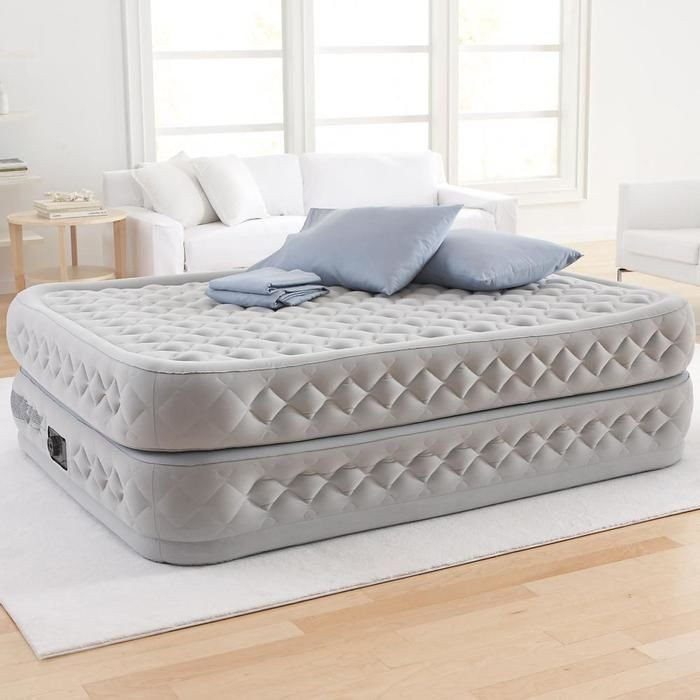 Фото высокой надувной кровати в интерьере комнаты