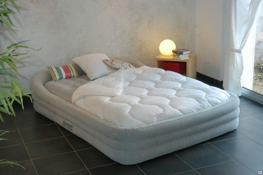 Надувная кровать с матрасом в интерьере комнаты
