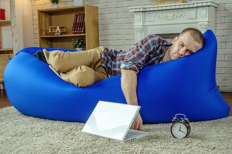 Надувной диван-гамак в интерьере комнаты