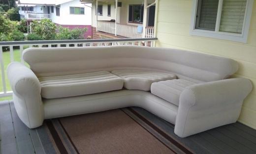 Большой угловой дутый диван на виранде