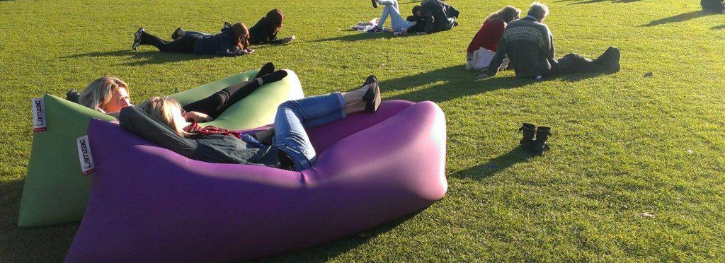 Девушки отдыхают на природе лежа в надувных диванах