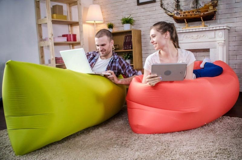 Молодые люди на надувных диванах типа гамак