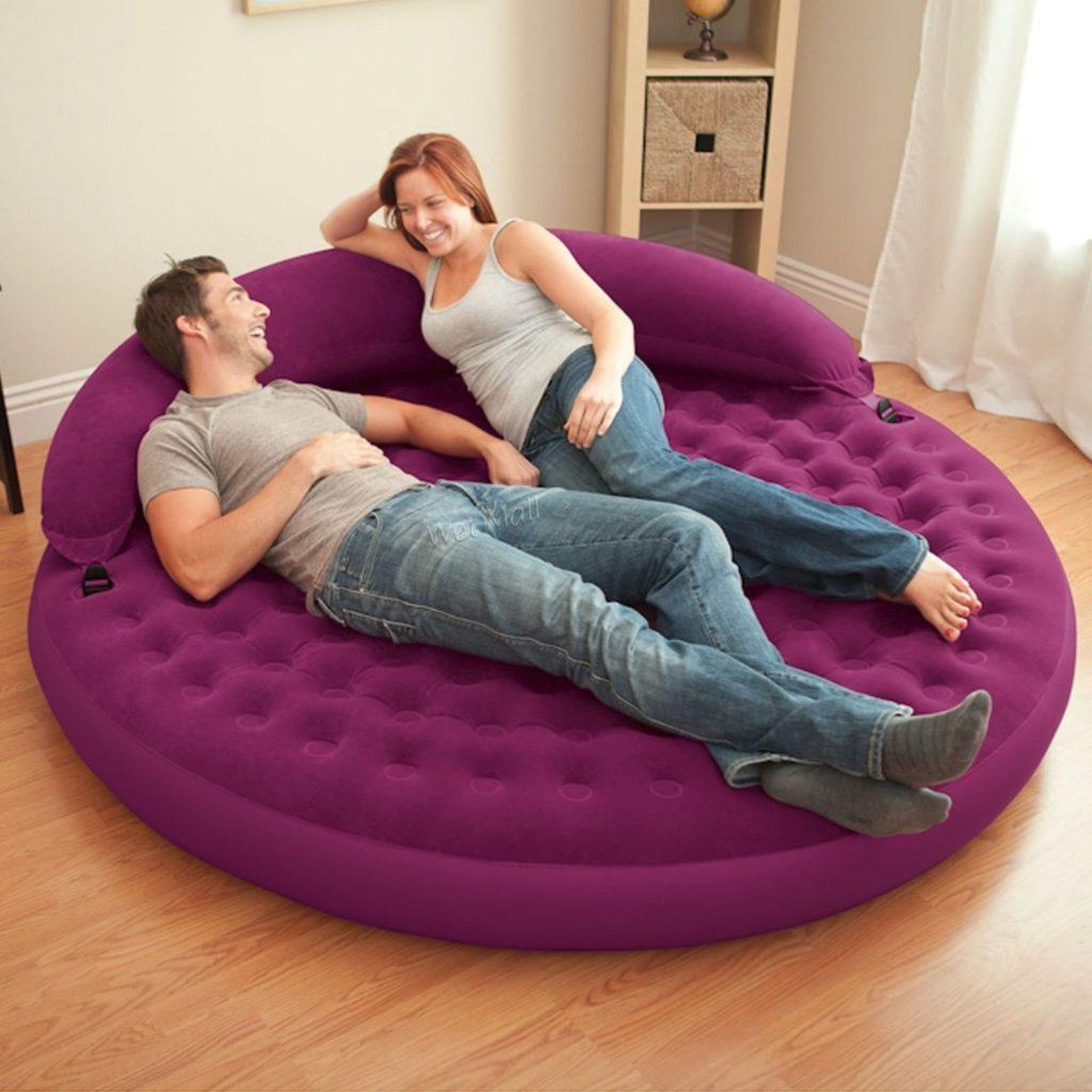 Круглый надувной диван-кровать в интерьере комнаты