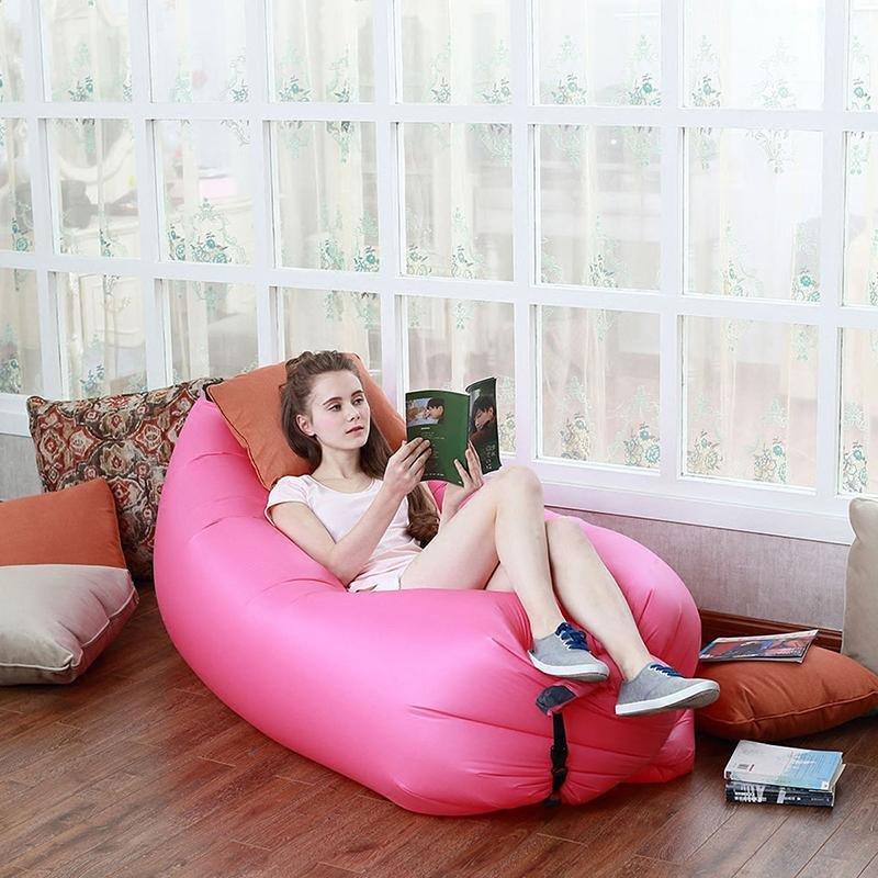 Девушка читает книгу лежа на надувном диване