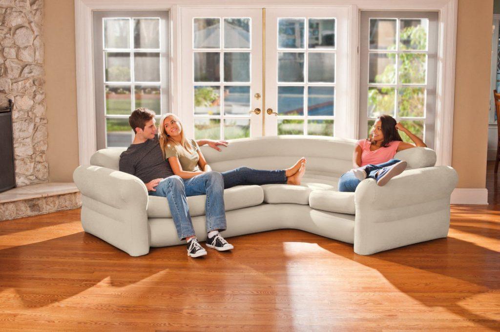 Большой угловой надувной диван в гостиной