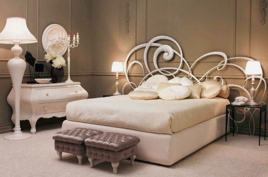 Роскошная кровать с высоким ортопедическим матрасом в интерьере спальной