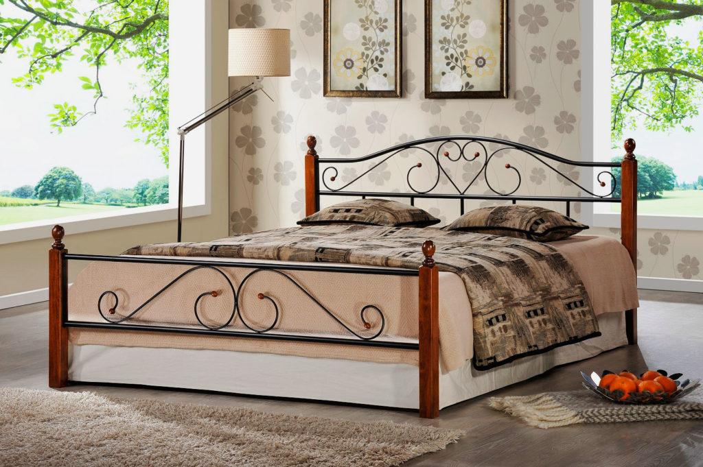 Кровать с кованным изголовьем и изножьем в интерьере спальной