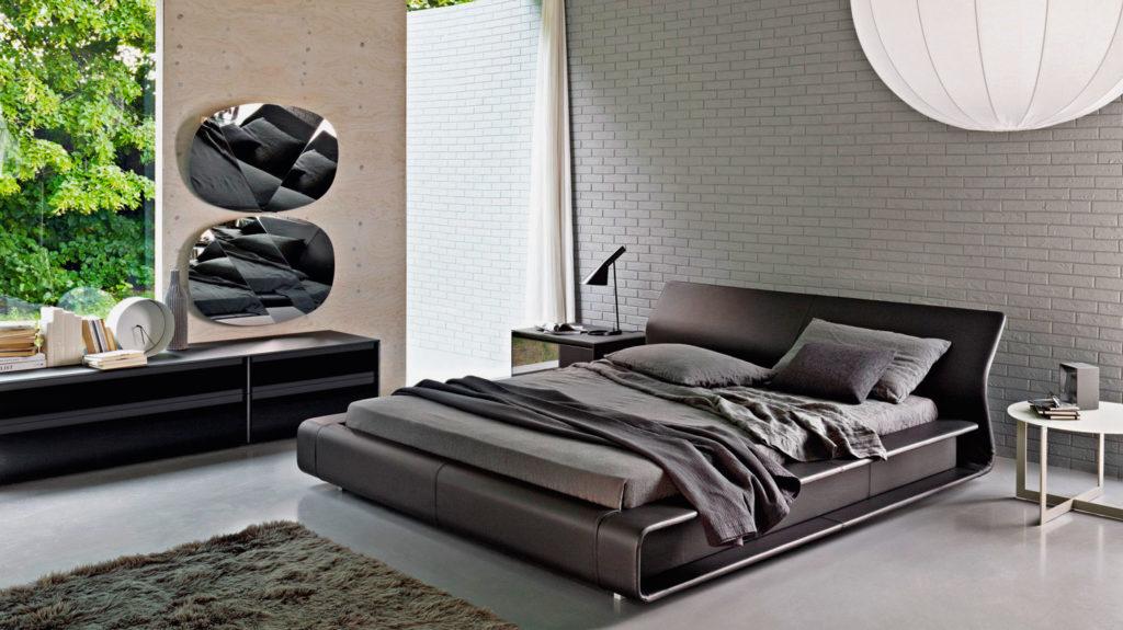 Кровать с ортопедическими свойствами в спальной комнате