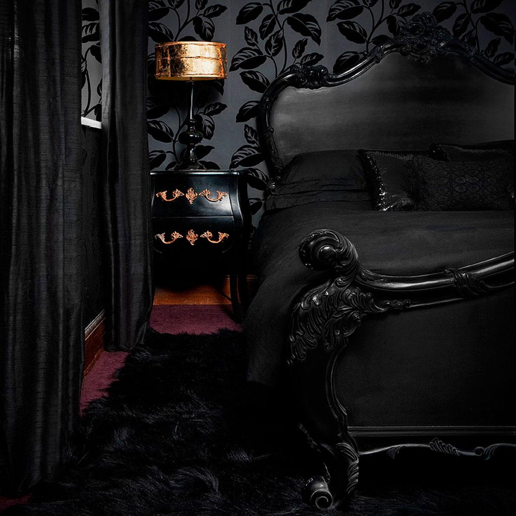Фото деревянной кровати с ортопедическими свойствами в готическом стиле интерьера
