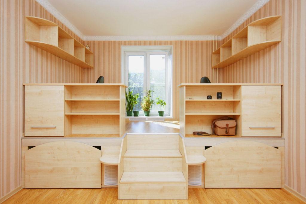 Подиум с двумя кроватями в детской комнате сделанный своими руками