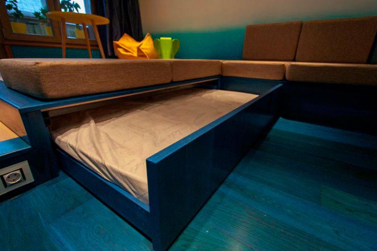 Выдвижная кровать под подиумом