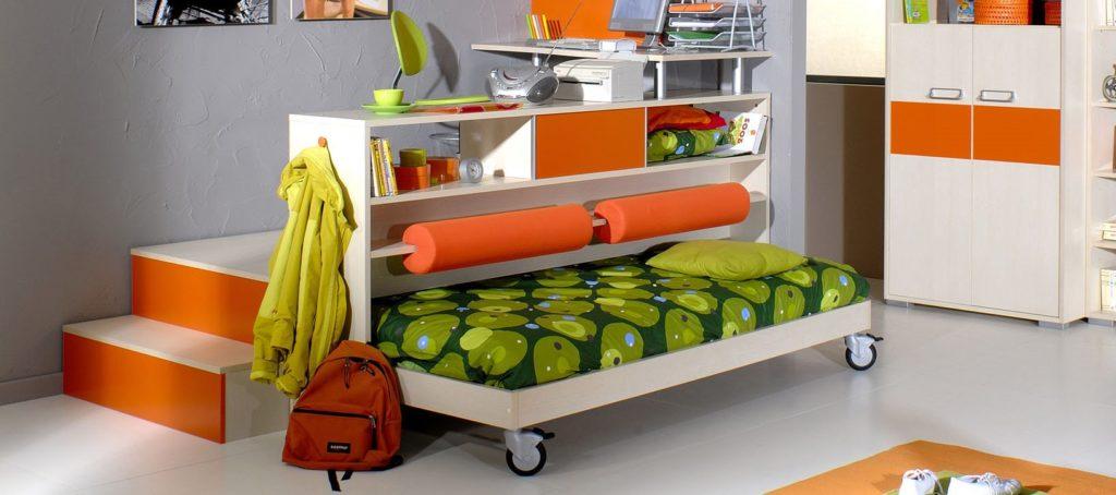 Интерьер комнаты с односпальной выкатной кроватью под подиумом
