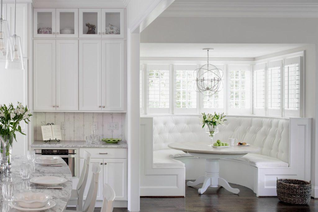 Фото роскошного полукруглого дивана в белой коже на кухне