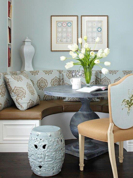 Встроенный полукруглый диван на кухне с кожаным сидением