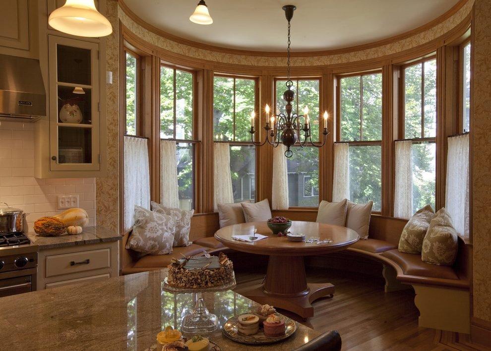 Фото большого полукруглого дивана на кухне в эркерной зоне с окном