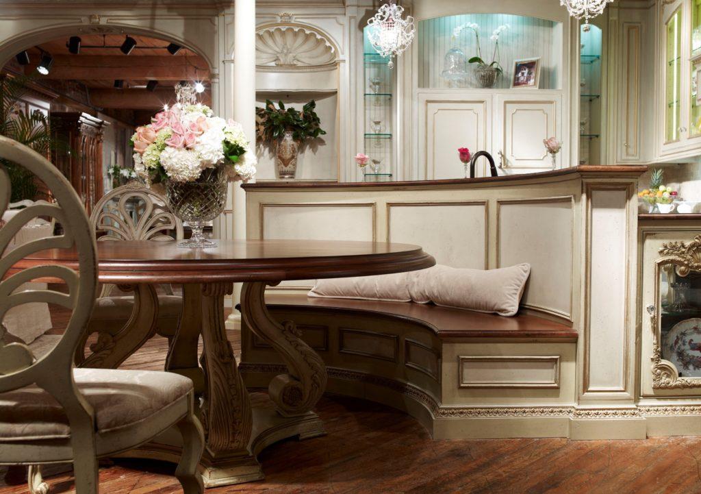 Фото встроенного в кухонный остров полукруглого дивана