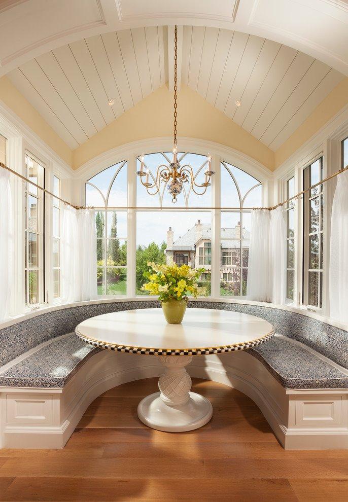 Полукруглый диван в интерьере кухни (27)
