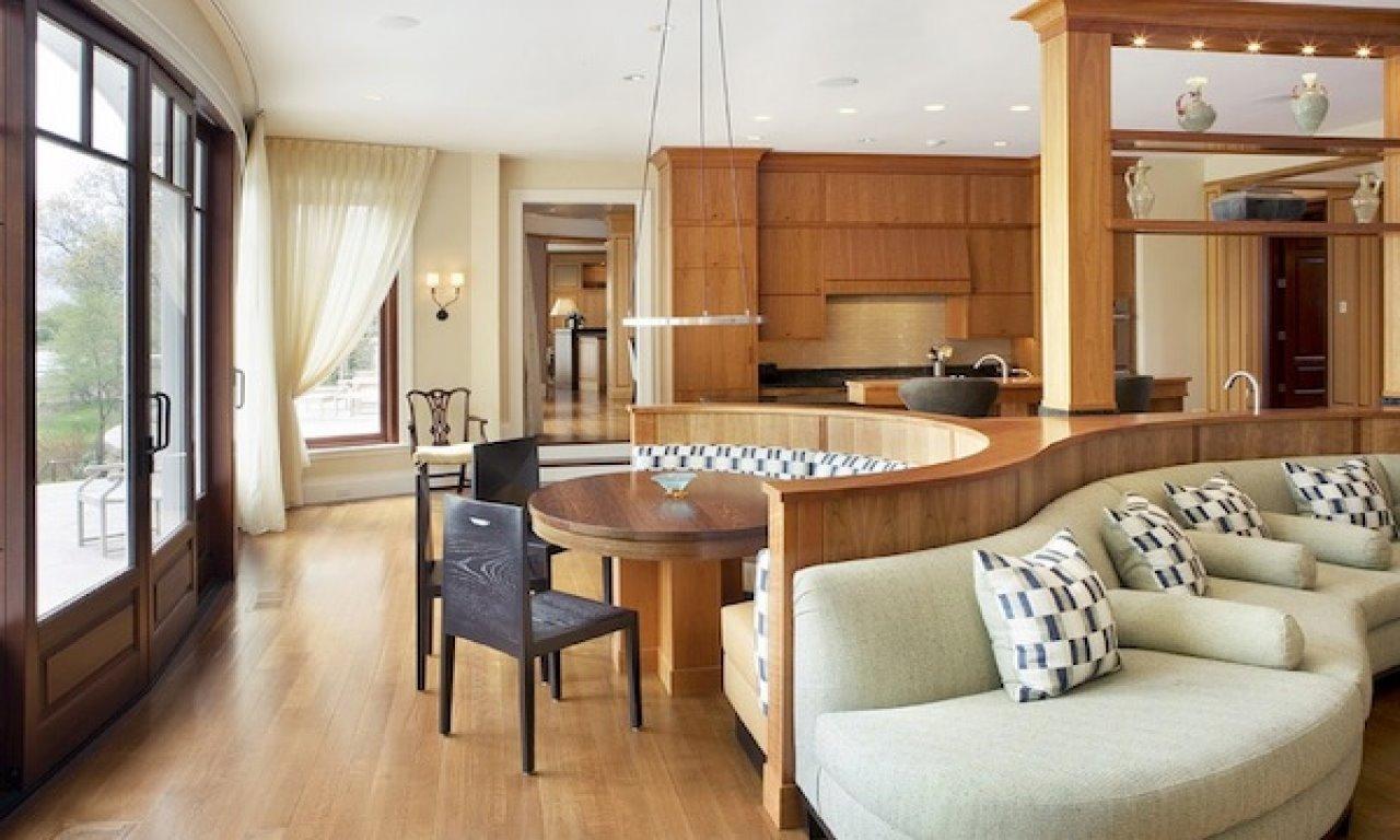Полукруглый диван в интерьере кухни (33)