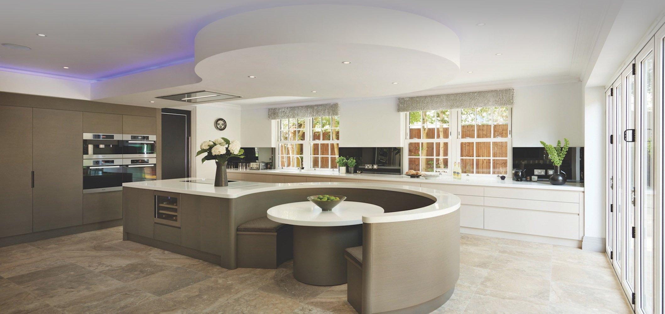 Полукруглый диван в интерьере кухни (35)