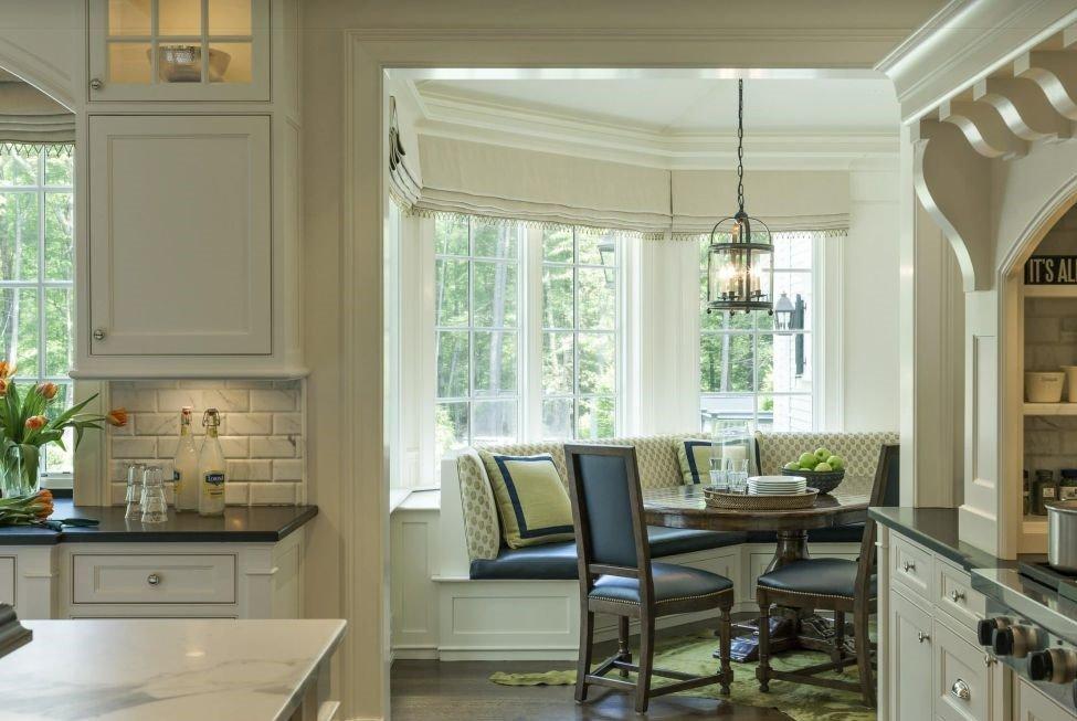 Фото интерьера кухни с полукруглым диваном эркерного типа