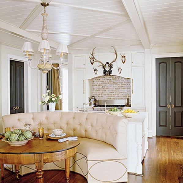 Полукруглый диван в интерьере кухни (39)