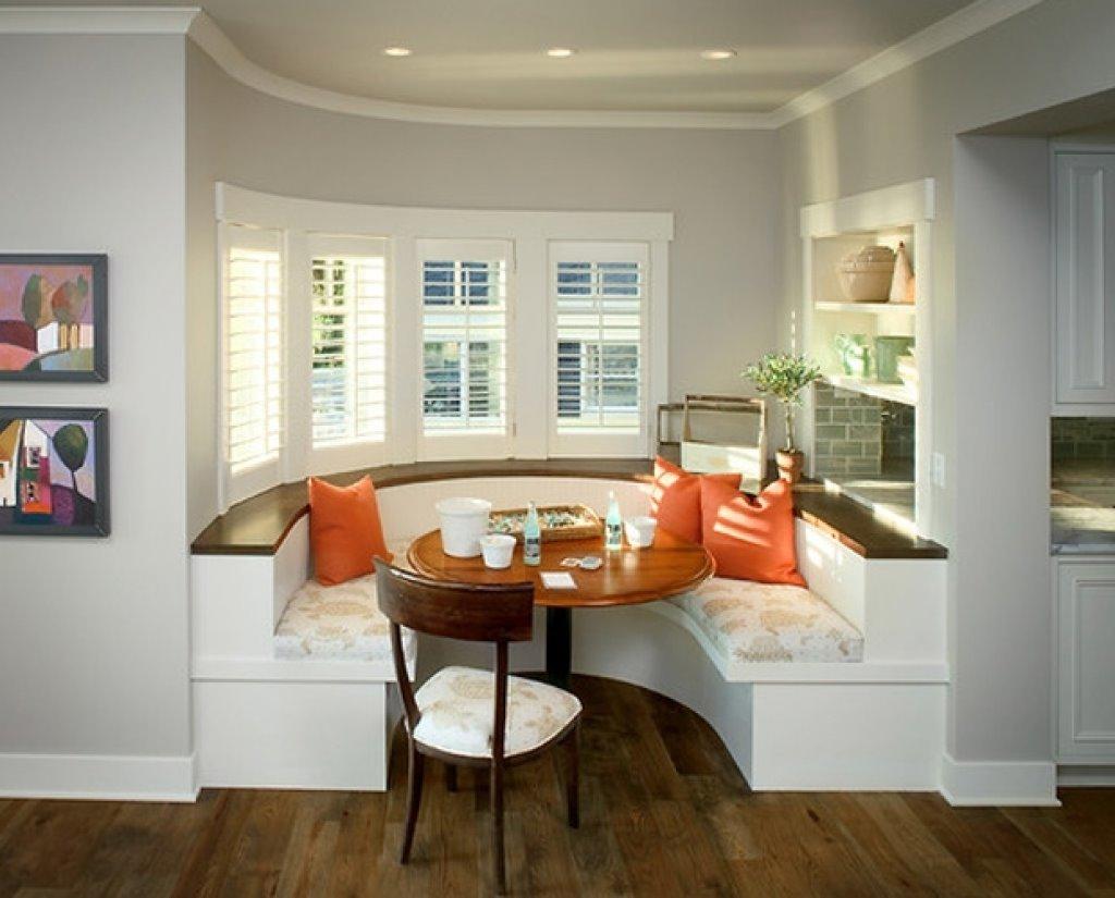 Полукруглый диван в интерьере кухни (40)