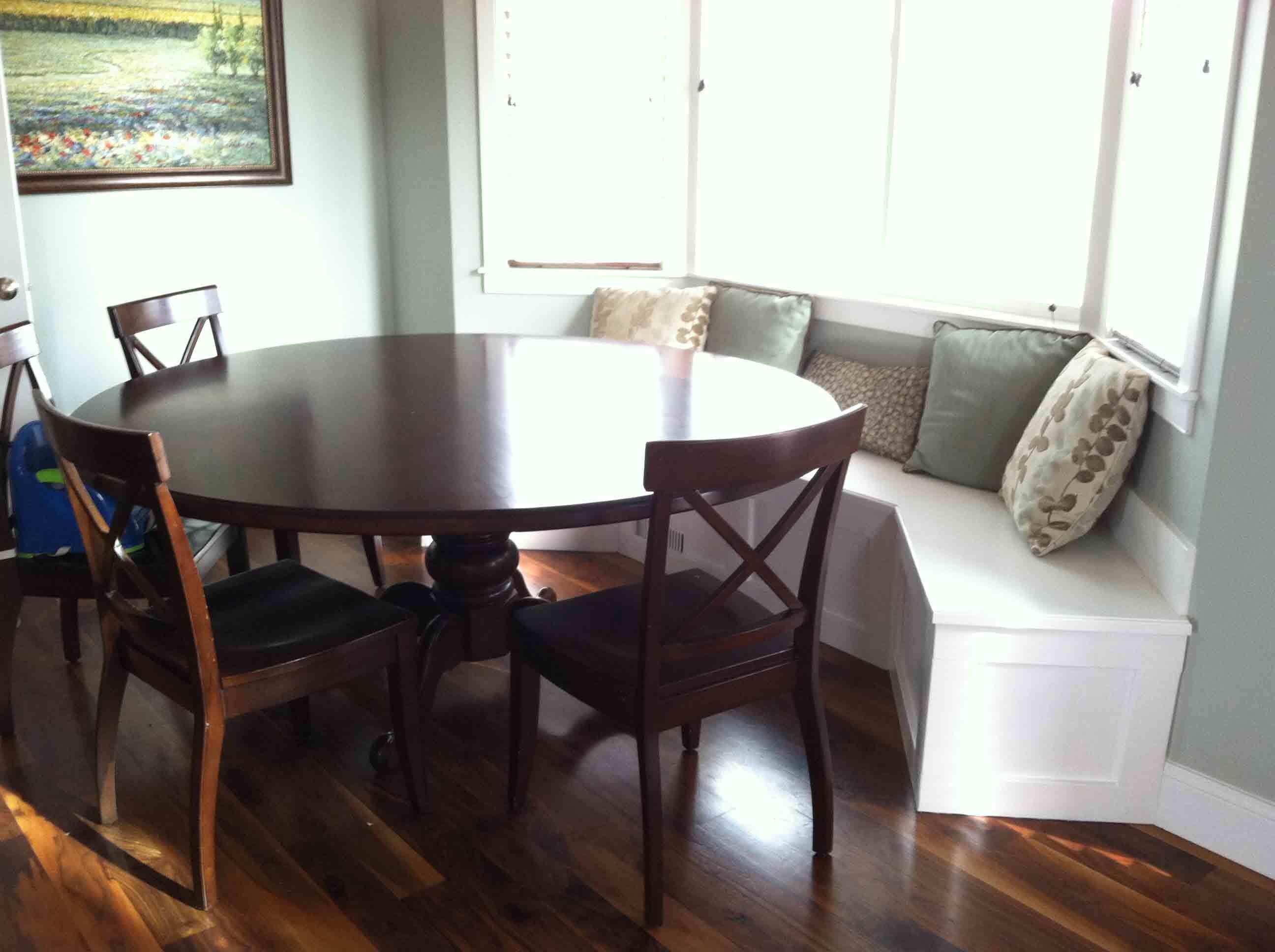 Полукруглый диван в интерьере кухни (41)