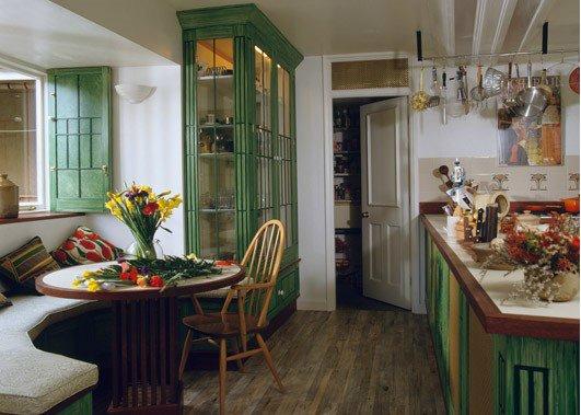 Полукруглый диван в интерьере кухни (43)
