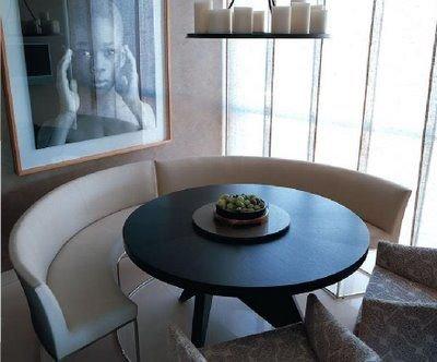 Полукруглый диван в интерьере кухни (5)