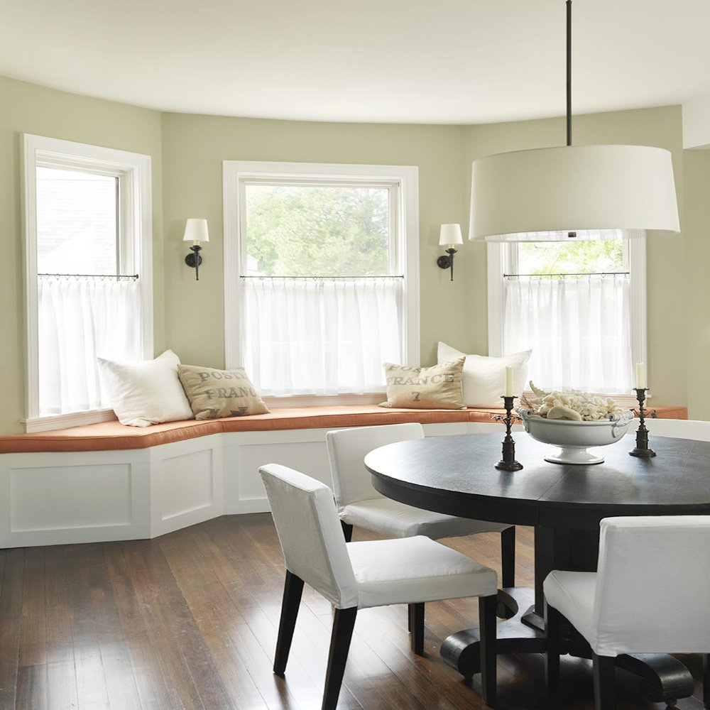 Полукруглый диван в интерьере кухни (8)