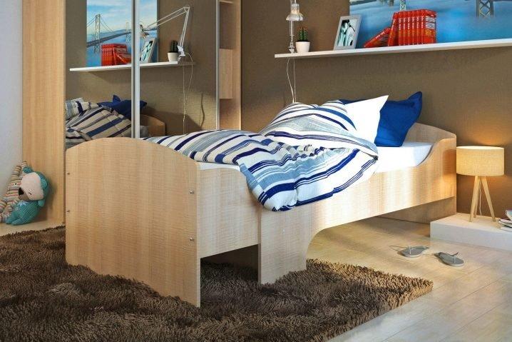 Деревянная раздвижная кровать в интерьере детской комнаты